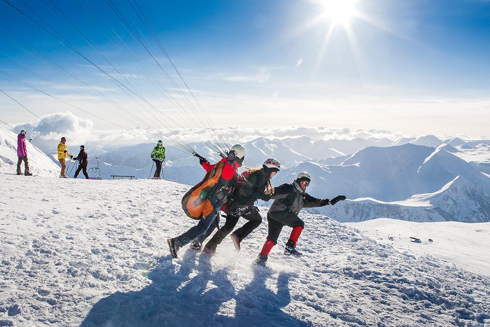 Atrakcje zimowej Gruzji: lot paralotnią